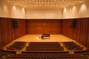 音楽ホールの内観全景(客席最上部より)の画像